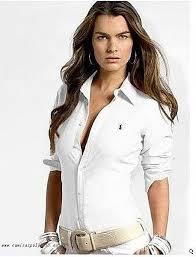 Las camisas blancas siempre de moda.